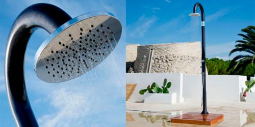 rociador de agua en ducha solar de resina negra